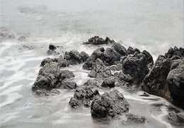 Tranh in các ngọn đá trên sóng biển